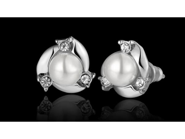 E430 Small pearl stud earring