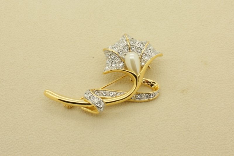 BR27 Gold & pearl brooch